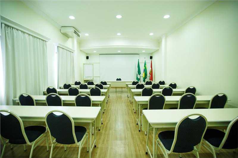 Sala de reuniões com capacidade para até 55 pessoas em formtao auditorio.