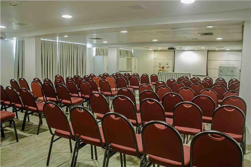 Sala de eventos bem localizada e bem equipada.
